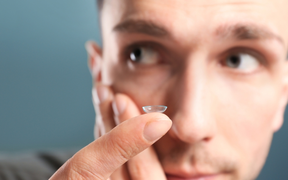 how to put on contact lenses