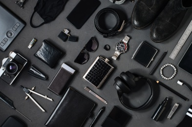 Photo topview flat lay modern style of men every day carry stuff accessories headphones camera facial mask bracelet lighter purse sunglasses tablet camera phone boots leather belt on dark background