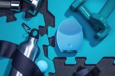 FOREO-LUNA-2-Facial-Cleansing-Brush-lifestyle