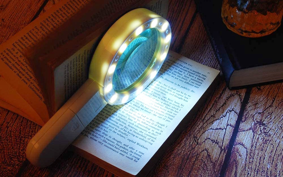 LED illuminated magnifying glass