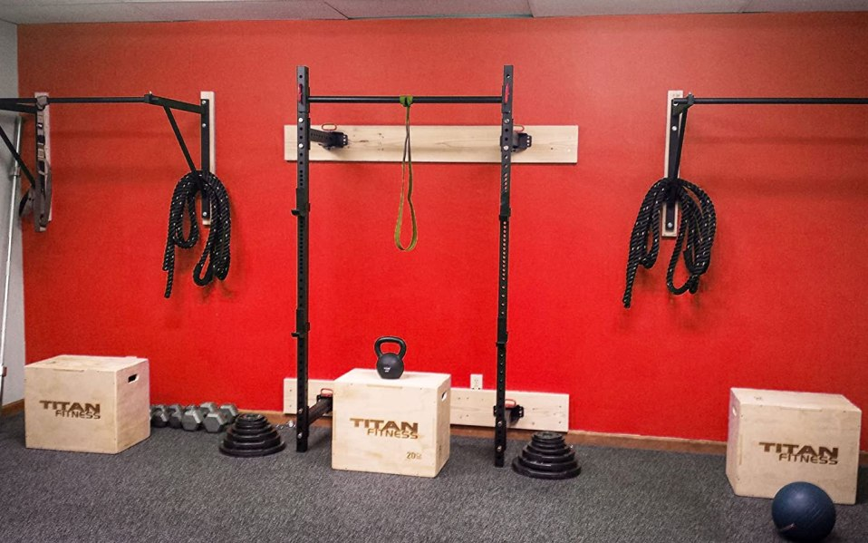 Wall mounted pull up bar