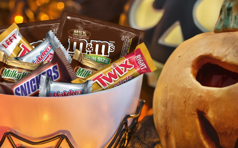 Halloween Commercial 2020 Who Thought Giving Candy To Kids Was A Good Idea? The 20 Best Halloween Candy Options for Trick or Treaters in 2020