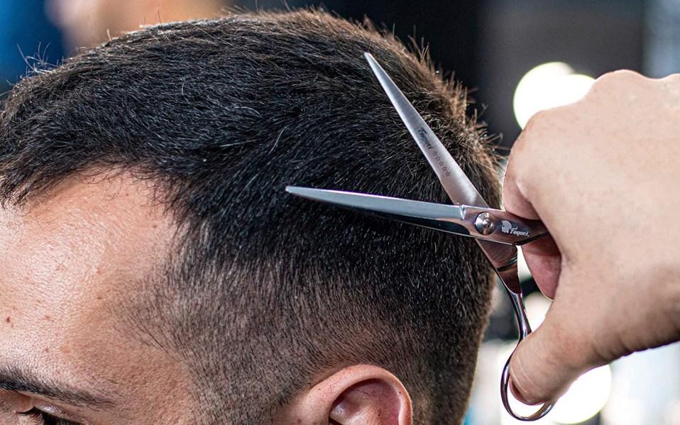 Person cuts man's hair with Fagaci