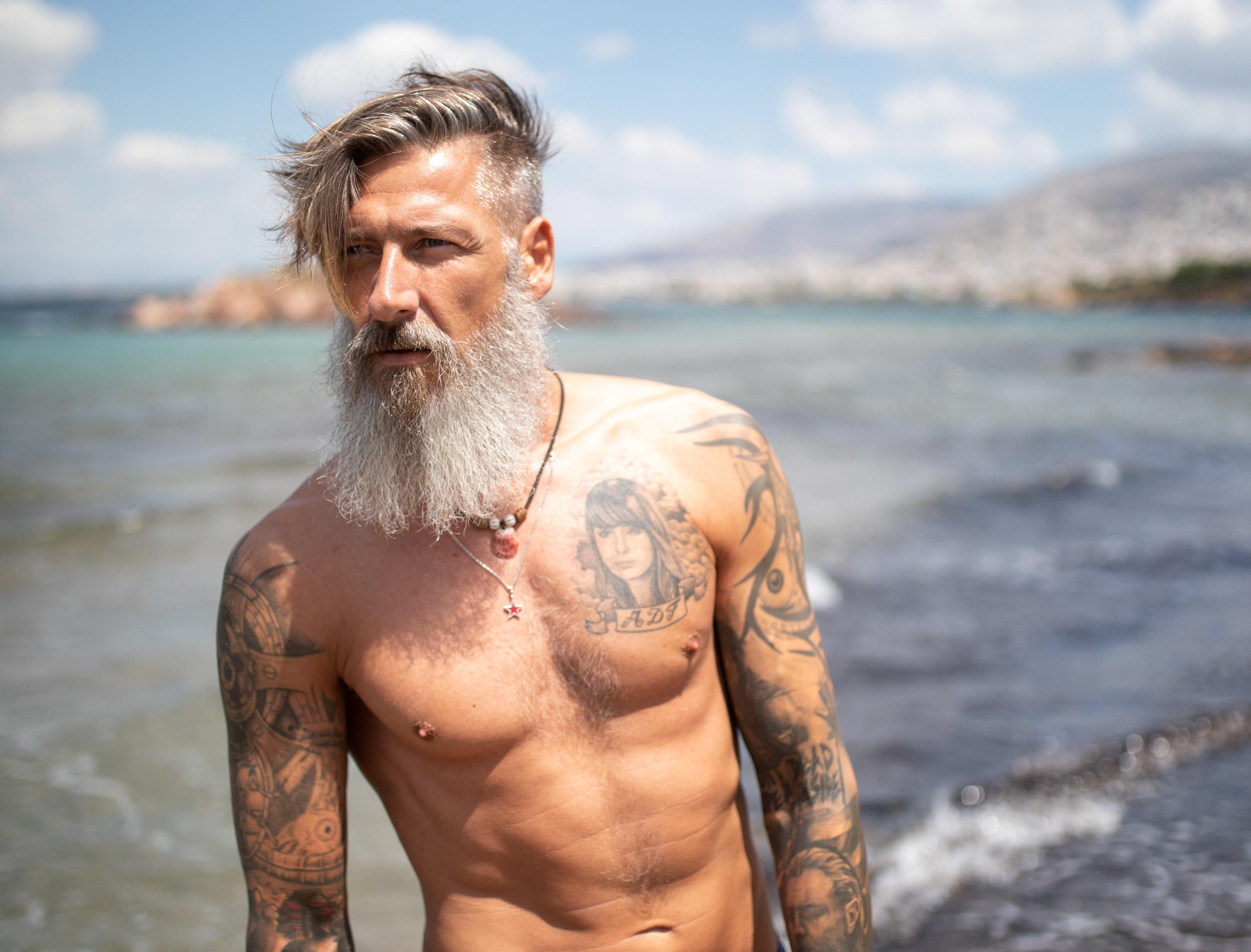 Nahaufnahme eines bärtigen Mannes am Meer