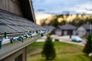 safely hanging Christmas lights, how to hang Christmas lights
